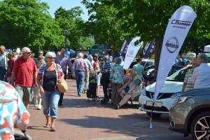 Viele Besucher schlendern entlang der Straße bei der Tibarg Autoschau 2016