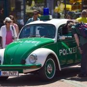 Das Foto zeigt ein altes Polizeiauto bei der Autoschau am Tibarg im Jahr 2016