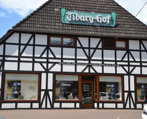 Das Foto zeigt die Front des Fielmann Geschäfts in Hamburg-Niendorf am Tibarg in einem alten Fachwerkhaus