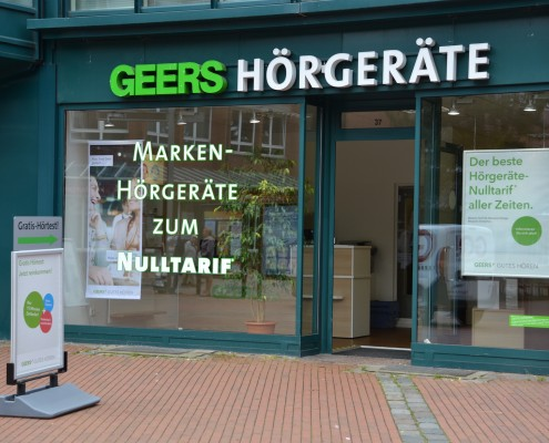 Das Foto zeigt die Frontansicht des Geers Hörgeräte Geschäfts am Tibarg in Hamburg-Niendorf