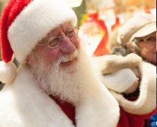 Das Foto zeigt den Nikolaus mit weißen Bart und Weihnachtsmütze.
