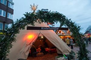 Das Bild zeigt das Kinderbasteltipi auf dem Weihnachtsmarkt, in dem Kinder basteln können.
