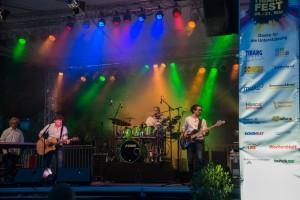 Eine Band spielt Live-Musik auf der großen Bühne beim Tibargfest 01.-03. Juli 2016