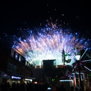 Ein Foto vom prachtvollen und bunten Feuerwerk auf dem Tibarg in Hamburg-Niendorf
