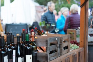 Weinflaschen, Weinkisten und Weintrauben beim Bauernmarkt & Weinfest 2015 auf dem Tibarg