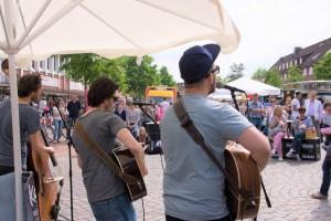 Das Foto zeigt die drei Musiker von Karlson bei ihrem Auftritt auf dem Tibarg Foodtruck Festival 2016 in Hamburg-Niendorf