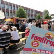 Gemütliches Beisammensein auf dem Tibarg Foodtruck Festival 2016 in Hamburg-Niendorf