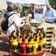 Das Foto zeigt Menschen in einer Schlange vor einem Food-Stand auf dem Tibarg Foodtruck Festival 2016 in Hamburg-Niendorf