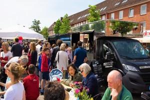 Das Foto zeigt wartende Menschen vor dem Kiezküche Foodtruck beim Tibarg Foodtruck Festival 2016 in Hamburg-Niendorf