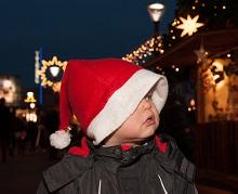 Kind mit Nikolausmütze am Tibarg