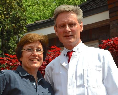 Dr. Susanne Franzen und Dr. Dr. Gerhard Schwartz lächeln in die Kamera