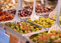 Große Auswahl an Oliven und Antipasti beim Wochenmarktstand Mediterrane Spezialitäten