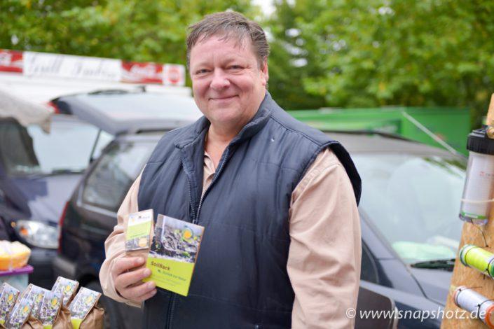 Wochenmarkthändler präsentiert sein Produkt SoilBack