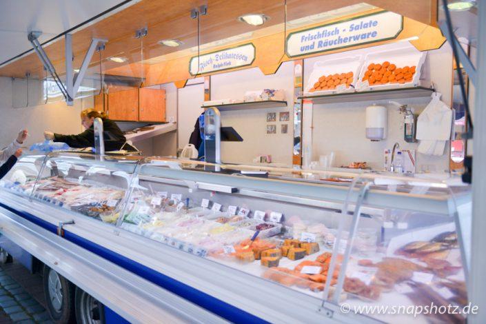 Der Wochenmarktstand von Fisch-Delikatessen Fink