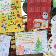 Bei der Wunschzettel-Aktion hängen die Wünsche der Kinder in den Schaufenstern